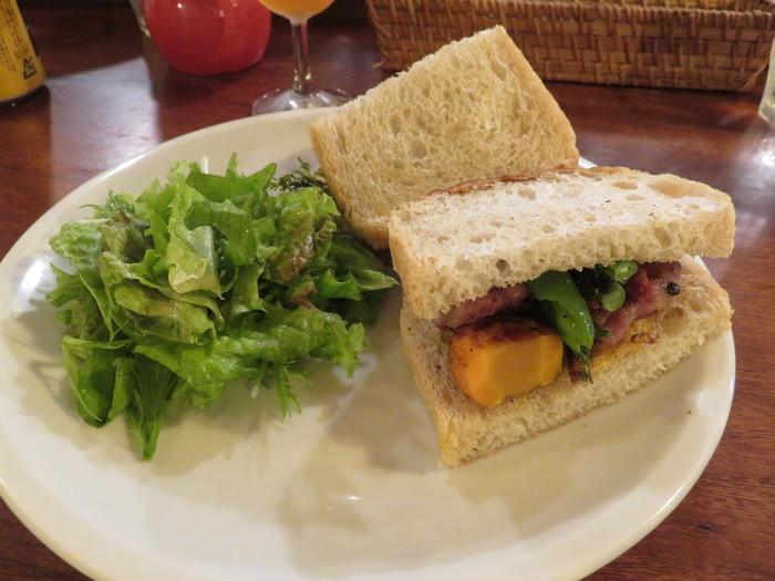 サンドウィッチにパニーニが味わえる。常連の方おすすめはほうれん草のキッシュ。ベーグルにバケットと種類は豊富。テイクアウトもOKで目移りしてしまいそうです。