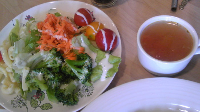 野菜たっぷりのサラダはおかわりOK!ぐるぐる巻きのソーセージやローストビーフサンドのランチが楽しめます。このお店、カフェには珍しく、キッズランチが用意されています。ママ友同士で楽しむのにもいいですね。