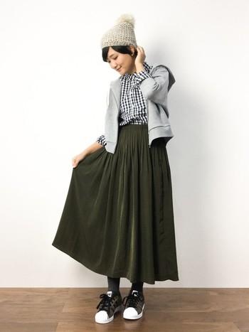 今季注目のカーキのプリーツスカートにギンガムチェックシャツを合わせたカジュアルスタイル。コンパクトなグレーのパーカーが足をより長く見せてくれそう♪