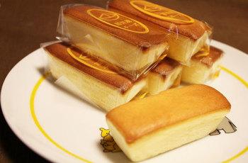 京都では知らない人がいないのでは?と思える程有名な西賀茂チーズは、試行錯誤の末に誕生した一品。 軽い食感なのに濃厚で、口に入れた途端、シュワシュワっととろけてしまう美味しさ。2種類のチーズをカラン独自の配合でブレンドし、ひとつひとつ丁寧に焼き上げています。京都へ来たら是非、立ち寄ってみてはいかがでしょうか。