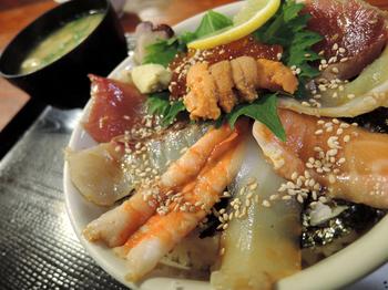旬のものが楽しめるのはやはり海鮮丼!メニューの中ではお値段の張る方ですが、満足度は高いです。