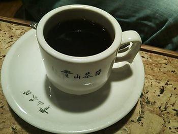 お店の名前が入ったカップは分厚い磁器で重厚感があります。