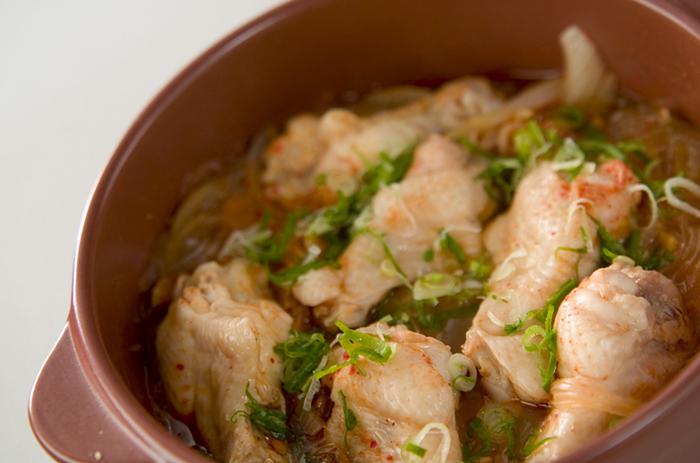土鍋蒸しで、おかず一品できあがり。火が通りにくい骨付き肉も、土鍋で時間をかけてじっくり作ると中までふっくら、柔らかく仕上がります。一緒に煮込んで鶏の旨みをたっぷり吸った春雨も美味しいですよ。