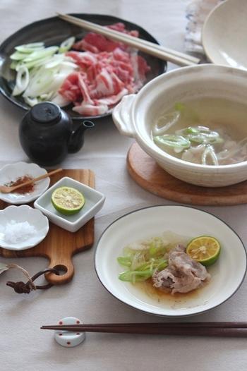 具材はシンプル、薄切りの豚肉と長ネギだけです。さらにお野菜をプラスしたい場合は、レタスがおすすめだそう。少ない具材ですが、土鍋で作るから旨みが違います。七味唐辛子やスダチとの相性も良さそうですね。