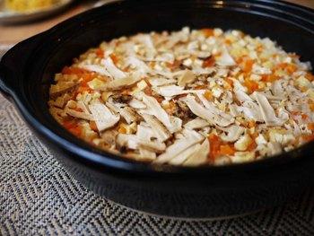 やっぱり秋はマツタケですね。白米にもち米をミックスしたことで、お米の艶感がアップするうえ、腹もちも良くなるのだとか。仕上げに柚子や三つ葉を散らすと、風味がいっそう惹き立ちます。