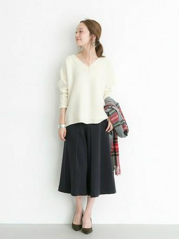 ガウチョパンツは、合わせるアイテム次第でキレイ目にも、カジュアルにもファッションジャンルを問わず幅広く着まわせるのも大きな魅力♪