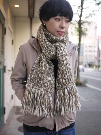 マフラーももちろん100%ウールなので、おしゃれなカラーで首元を暖かく守ってくれます。長めのフリンジがかわいいデザイン。