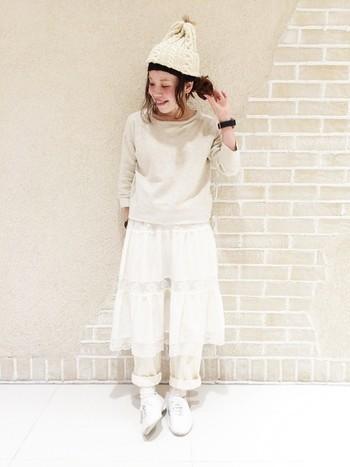 全身ホワイトで揃えたワントーンコーディネートもニット帽をプラスすればカジュアルに決まります。