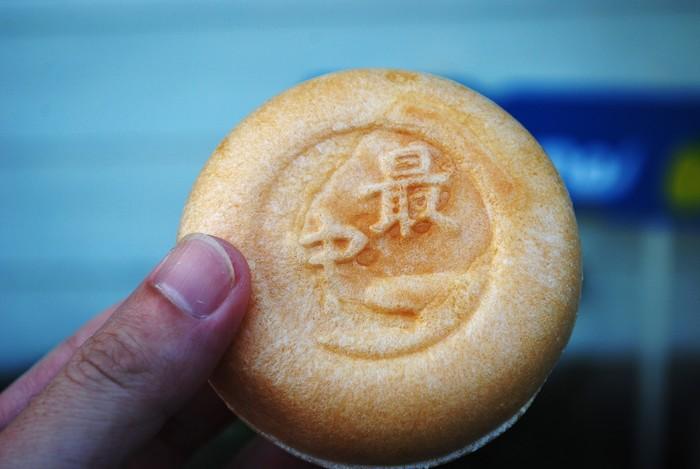 レモンの酸味と甘みが絶妙「リキュール アイス モナカ」。「名水アイス」とありますが、なんと日本名水百選に選ばれた愛媛県の水の都、西条の「うちぬき水」を使って生まれた大人のアイスに。