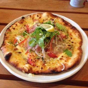 ピザの種類はたくさん。生地はもっちりでかなりの食べ応えです。店主お手製のピザレンガ窯で丁寧に焼き上げています。