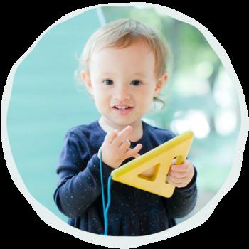 子どもを育ててみると、小さな時から、子どもは本当に自立した存在だと思うことがあります。親が特別に教えなくても、子どもは自分の好奇心の赴くままに、外の世界のことをどんどん吸収していきます。そして、自由な発想と柔軟な感性で、さまざまなことに挑戦します。赤ちゃんだって、上質なおもちゃがそばにあれば、それに夢中になって遊ぶし、ちょっと大きくなったお兄ちゃん、お姉ちゃんも、とってもシンプルなおもちゃで素敵なアイデアを披露してくれたりします。