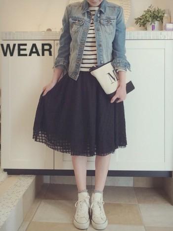 フェミニンンな雰囲気のシフォンスカートとデニムの組み合わせは、一見、ミスマッチにも思えますが、合わせてみるとしっくり馴染みますね。