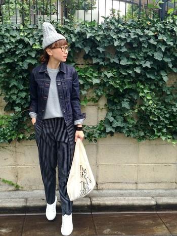 ちょこんとかぶったニット帽がとってもお似合いですね。濃いめのGジャンと黒ベースのパンツとの組み合わせは、少し大人っぽい雰囲気。