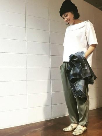 Gジャンを脱いだ時のコーデにハッとさせられます。女性らしい襟のデザインがとってもキュート♡