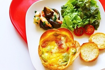餃子の皮を器にしたレシピ。パリパリした食感がGood!こちらのレシピはキッシュの器としていますが、他のお料理の器としても重宝しそうなレシピです!