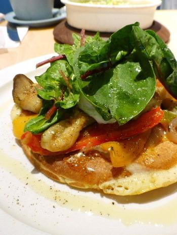 パンケーキはスイーツ系と食事系の2系統あり、こちらは、ラタトゥイユ・半熟タマゴ・ルッコラをトッピングした食事系。いずれもグルテンフリーです。