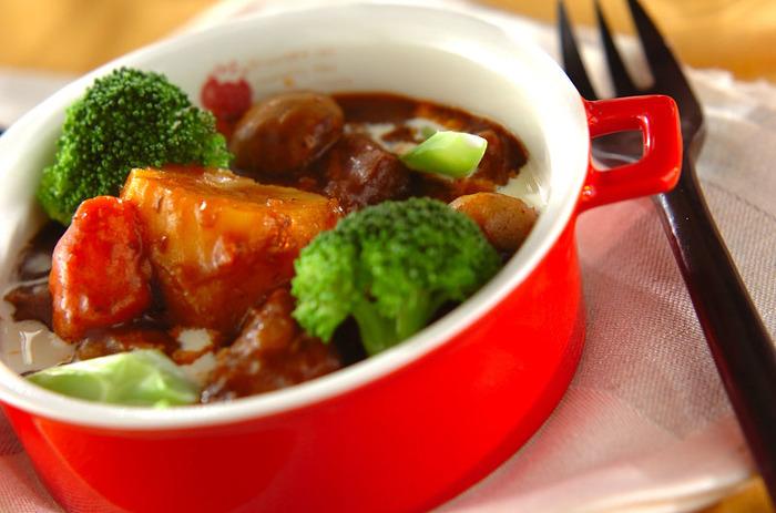 じっくり時間をかけて煮込む「ビーフシチュー」も、圧力鍋を使えば短時間で簡単に作れちゃいます。しかもお肉がホロホロの食感に◎。赤ワインをしっかり煮詰めて、コクを出すのがポイントです。