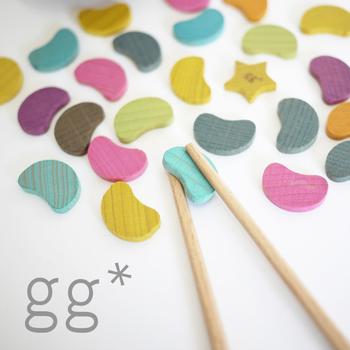 「gg*」は二人の女性デザイナー、kaz & novが2007年にスタートさせたブランド。2008年ドイツで開催された世界最大の玩具展示会、ニュルンベルク国際見本市でファーストコレクションも披露しました。 「gg*」のgは、aから数えて7番目のアルファベット。幸運の数字であり、good、great、god、gift、glory、gorgeous...たくさんのよいの言葉の頭文字でもあります。gが並んでいるのは、二人の女性デザイナー(girl+girl)が並んでいるイメージ。そして横にちょこんとくっついているのは、キラキラ光るお星様のマーク。子どもたちに、素敵な体験をして、輝いてもらいたいという願いを表しています。