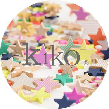 「gg*」のデザイナーでもあるKaz Shiomiさんがブランドプロデューサーを務める「kiko+」は、2011年パリで開催された展示会「メゾン・エ・オブジェ」でデビューしました。外部のプロダクトデザイナーと共同で作るのは、ビビッドな色使いが目を惹く楽しいおもちゃ。一つ一つ違うフォントであしらわれたロゴは、世界には多様な人々がいて、子どもたちの個性も実に様々であるということを表しています。「k」の文字が前を向いて行進しているように見えるのもキュート。ロゴの隣にある+のマークは、このブランドに関わる人々への感謝の気持ち、そして、世代を超えてずっと愛されるブランドになるようにという希望が込められています。