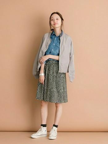 柔らかい素材感のスカートにかっちりとしたMA-1を合わせて、凛とした女性らしい雰囲気のコーディネートに。