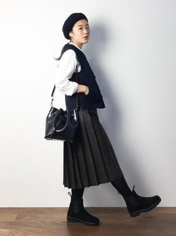 スカートにブラウスを着て、さらにベストを合わせた秋にピッタリのコーディネートです。小物類も黒色で統一し、モノトーンにすることで落ち着いた雰囲気になりますね。