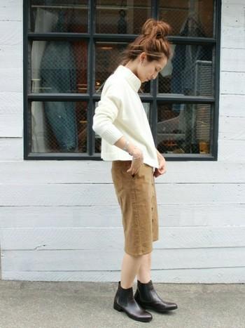 シンプルな白のタートルネックニットにコーデュロイのスカートを合わせてちょっぴりお出かけスタイル。足元はブーツで暖かく。ロングのアウターを合わせたらこれからの時期goodなコーデになりそう☆