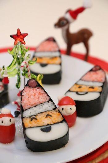 イベントの時にぜひ親子で挑戦したい「デコ巻き寿司」。こちらはクリスマスに作りたい、かわいいサンタさんの巻き寿司です。子どもが喜ぶ顔が浮かびますね♪
