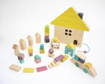 幼児期の子どもだけでなく、大きくなっても、さらには大人まで、幅広い年代で一緒に楽しめるのが木の積み木。まだ造形を作ったりすることは難しい赤ちゃんでも、触って色んな形を確かめたり、転がしたりして遊んでくれます。じきに、並べたり積み上げたりするようになり、親も次第に成長していくわが子の様子に感嘆したり、楽しみにするようになるでしょう。長きに渡り愛用したいから、品質がよく、美しいデザインのものを選びたいですね。「gg*」の積み木は品質の良さはもちろん、カラフルできれいで、子ども部屋がぱっと明るくなりそうな雰囲気。出産のお祝いにもぴったりです。