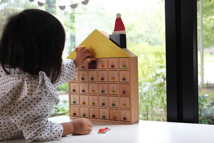 こちらのおもちゃもお家の形をしていますが、何やら扉がたくさん!30の部屋と屋根裏部屋からなるアパートです。子どもは仕掛けを探索するのが大好き。数字がランダムに割り当てられた扉をワクワクしながら、開けている様子が目に浮かびます。これで宝探しゲームなんて、最高に楽しそうですよね。