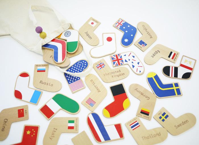 国旗柄の靴下がキュートなメモリーゲーム。神経衰弱のようにして遊べます。右足には、国旗、国名、そしてその国の挨拶の言葉、「こんにちは」。左足には、国旗をモチーフにした模様が描かれています。
