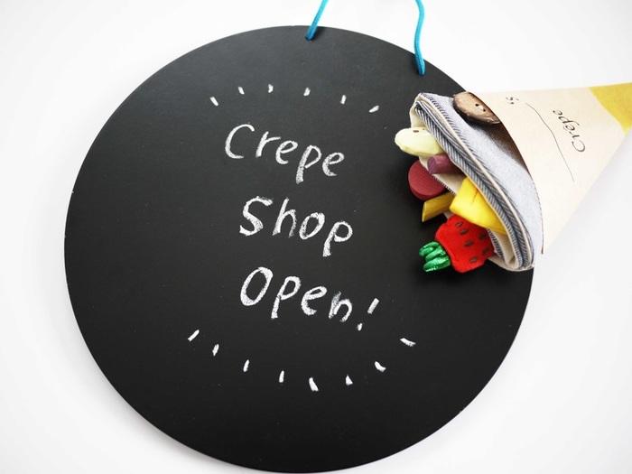 できあがりはこんな感じ!おもちゃでもあり、かわいい雑貨のようでもあります。ホットプレートは黒板としても使えます。付属にチョークもついているのも親切ですね。とっても素敵なクレープ屋さんがオープンしましたよ!