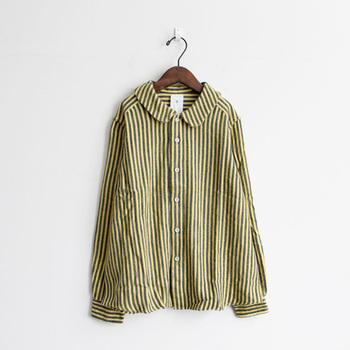 ネルストライプガールズシャツはころんとした女の子らしい丸襟が魅力的。マイヨオリジナルのネル素材のストライプ柄。しっかりとした厚みのあるネル素材ですが、柔らかで肌触りがよい優れもの。裾にかけてAラインで広がりがあるのもチャーミング。