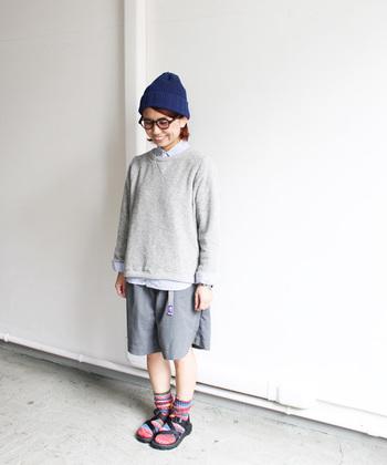 同系色で重ね着、ボトムスを選ぶと可愛らしくなりすぎませんね。帽子や靴、靴下で差し色を入れて遊んでみましょう。