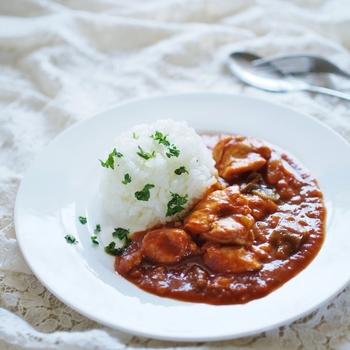 人気メニューのカレーも、圧力鍋を使えば時短で美味しく調理可能。しかもじっくり煮込んだような味わいに仕上がります。こちらはチキンとたっぷり野菜のヘルシーカレー。ルーは細かく刻んでおくと溶けやすくなります。