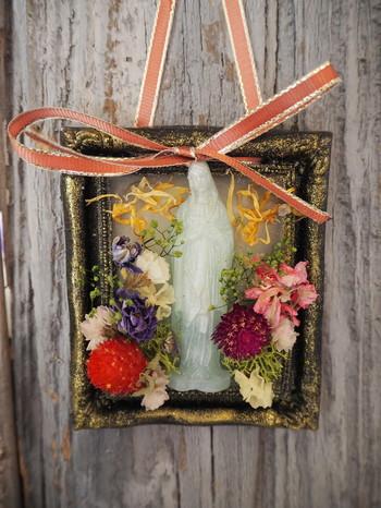 マリア様と、咲き乱れる花たちがやさしく崇高な雰囲気のフレグランスサシェ。ほんのりとジャスミンの香りが漂います。ソファスペースや玄関先など、お好きなところに飾って。