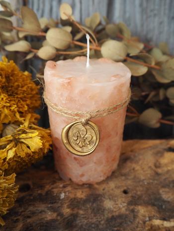 天然のピンクソルトを、まるでモザイクのように敷き詰めた「岩塩キャンドル」。ピンクソルトはリラックス効果を倍増させてくれるのだとか!