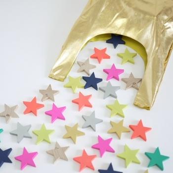 なんと、100個の星☆のピースがセットになったドミノセット!ビビッドな色使いが目を惹く中に、木の質感をそのままにしたナチュラルタイプも混ざっています。まるで宝の山に出会ったようで、気分が上がります。収納用のゴールドバックもとってもかわいい。お友だちのお家に持っていけば、視線が集中しそうです。