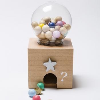 見た目から想像できるように、ガチャガチャのようにして遊ぶおもちゃ。星のダイヤルを回すと、1~50までの数字が刻まれた木の玉が転がり出てきます。出てきた玉の数字を足して、点数を貯めていくようなゲームも楽しめそう。ビンゴカードがセットになっているので、ビンゴゲームでも盛り上がれます。パーティーで大活躍してくれること間違いなし!ですよね。