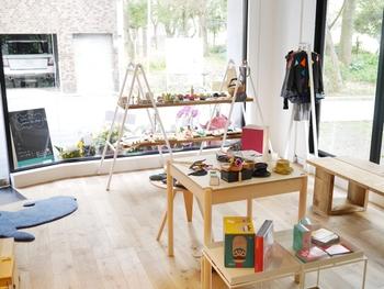 「Kukkia」の大阪オフィスが入居するビルの1階に、ショップ「Kukkia 101」がオープン。「gg*」、「kiko+」のおもちゃをはじめ、「Kukkia」がセレクトした雑貨,子ども服などが並んでいます。オフィス街のオアシスのような存在でもあり、高感度なお店が並ぶ靱公園に立地。関西在住の方、のんびりお散歩の途中に、立ち寄ってみてはいかがでしょうか?