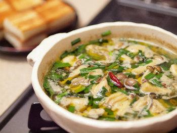 ぷりぷり濃厚な旬の牡蠣を使って、スペインの代表的な小皿料理(タパス)の「アヒージョ」に。ワインとよく合う一品です。残ったオイルはパスタにも使えます♪