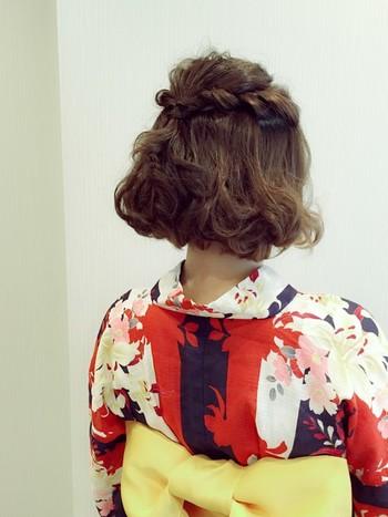 ねじって止めるだけの簡単ヘアーは和装にも似合う万能スタイル。ふんわり巻いたボリュームのある毛先は可愛らしさを引き立ててくれます。アクセサリーによって雰囲気も変わります。