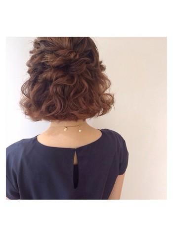 髪の毛を巻いてセットするだけでゴージャスなヘアセットの完成です。短めヘアーでも簡単にできるハーフアップに挑戦しましょう。