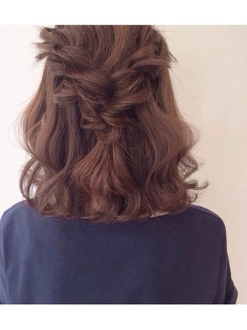 ①左右の髪の毛を緩めにねじって真ん中に。②真ん中にまとめた髪の毛を更に下から上にくるりんぱ。5秒で出来るオススメアレンジです。