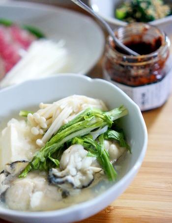 すりおろし大根をたっぷりと入れてヘルシー鍋に。冒頭でも触れたように、ビタミンCを含む大根と一緒に牡蠣を食べることで、鉄分の吸収をより促進してくれますよ。