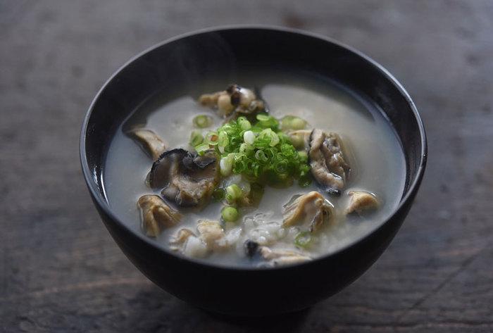 なんだか疲れたなぁ…と思ったときには、疲労回復効果もある牡蠣で雑炊を作ってみてはいかがでしょうか。ショウガとお酒がきいた牡蠣のうまみたっぷりの雑炊、食が進んでさらりと食べられるのでおススメです。