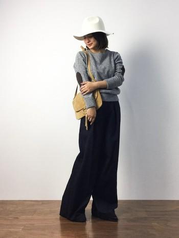 ロングのワイドパンツはとことん大人っぽく着こなしたい。グレーと黒というシックで落ち着いたカラーに白のハットで大人感がさらにアップ。