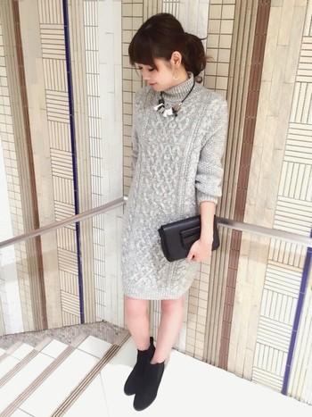 編み模様がかわいいニットワンピースは、シンプルにモノトーンで着こなしましょう。ハイネックには大ぶりのネックレスがぴったり合います。