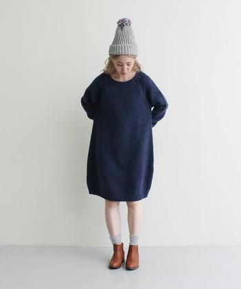 ニットワンピースのシルエットを生かして、さらりと一枚で着てみましょう。ネイビーはシックな色ながらも、重たくなりすぎずに着られますよ。ニット帽と靴下の色を合わせるとまとまります。