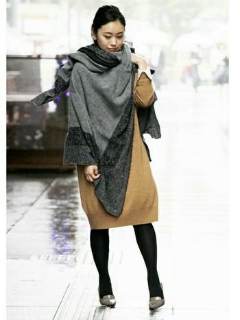 やわらかなキャメルのニットワンピースが上品な雰囲気です。コートを着るほど寒くないというときには、大判のポンチョやストールを羽織るのがおすすめです。