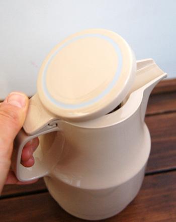 お年寄りや、病人でも使いやすいように間口を広くするなど、使う人のことを考えたデザインが魅力的。シンプルなデザインの魔法瓶は、世代を超えて愛されています。